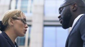 Άνδρες και γυναίκες εργαζόμενοι γραφείων που αμφισβητούν υπαίθρια, επιχειρησιακή ηθική, ανταγωνισμός απόθεμα βίντεο