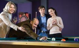 Άνδρες και γυναίκες των διαφορετικών ηλικιών που παίζουν το μπιλιάρδο και που χαμογελούν μέσα Στοκ Εικόνα