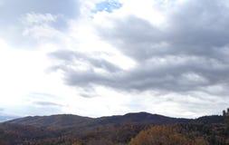 Άνεμοι της αλλαγής: Καταιγίδα φθινοπώρου που αυξάνεται πέρα από την κορυφογραμμή βουνών στοκ φωτογραφία με δικαίωμα ελεύθερης χρήσης