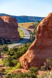 Άνεμος δρόμος βουνών που οδηγεί μέσω του φαραγγιού Moab Στοκ Εικόνες
