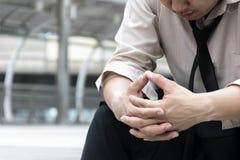 Άνεργη συνεδρίαση πίεσης επιχειρηματιών ανθρώπων στο σκαλοπάτι, το χέρι ι στοκ φωτογραφίες