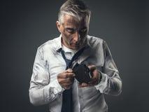 Άνεργος επιχειρηματίας με το κενό πορτοφόλι Στοκ εικόνα με δικαίωμα ελεύθερης χρήσης