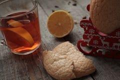 Άνεση και τσάι με το λεμόνι και τα μπισκότα ο χειμώνας και το φθινόπωρο είναι ευχάριστα τσάι Στοκ Φωτογραφία