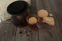 Άνεση και τσάι με το λεμόνι και τα μπισκότα Στοκ Εικόνα