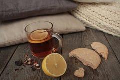 Άνεση και τσάι με το λεμόνι και τα μπισκότα Στοκ Εικόνες