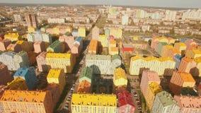 Άνετα άνετα ζωηρόχρωμα κτήρια πανοράματος σε μια ευρωπαϊκή κεραία πόλεων 4K UHD απόθεμα βίντεο