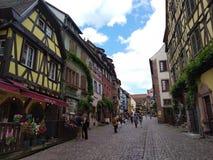Άνετα εστιατόρια που διακοσμούνται με τα λουλούδια και τα σπίτια με τις ζωηρόχρωμες προσόψεις στις οδούς Riquewihr στοκ φωτογραφίες με δικαίωμα ελεύθερης χρήσης