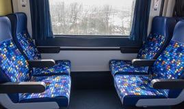Άνετα καθίσματα στο κενό διαμέρισμα τραίνων με το παράθυρο εσωτερικό σύγχρονο τραίνο Στοκ φωτογραφία με δικαίωμα ελεύθερης χρήσης