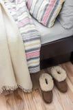 Άνετες παντόφλες κοντά στο κρεβάτι στοκ εικόνα