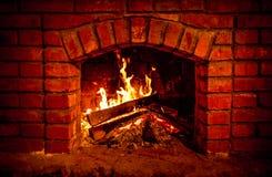 Άνετη έννοια βραδιού εστιών καψίματος φθινοπώρου ή χειμώνα κοντά επάνω Κλείστε αυξημένος του καψίματος του καυσόξυλου στην εστία στοκ εικόνες με δικαίωμα ελεύθερης χρήσης