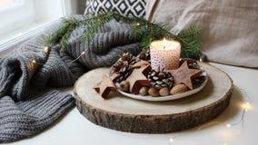 Άνετη ήρεμη σκηνή Χριστουγέννων Καίγοντας κερί που στέκεται κοντά στο παράθυρο Ακτινοβολώντας φω'τα Χριστουγέννων Φυσική διακόσμη απόθεμα βίντεο