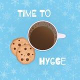 """Άνετη διανυσματική απεικόνιση με το φλυτζάνι, μπισκότα, snowflakes και κείμενο """"χρόνος στο hygge """" στοκ εικόνα με δικαίωμα ελεύθερης χρήσης"""
