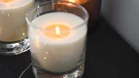 Άνετη εγχώρια διακόσμηση με το κάψιμο των κεριών και των εκλεκτής ποιότητας βιβλίων απόθεμα βίντεο