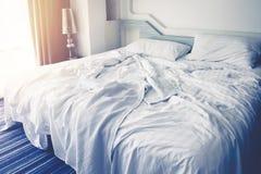 Άνετη κρεβατοκάμαρα, ακατάστατα φύλλα κλινοστρωμνής και duvet με τη ρυτίδα ακατάστατη στην κρεβατοκάμαρα στοκ εικόνες με δικαίωμα ελεύθερης χρήσης