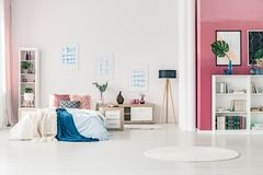 Άνετη κρεβατοκάμαρα ανοιχτού χώρου Στοκ φωτογραφία με δικαίωμα ελεύθερης χρήσης