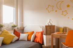 Άνετη κρεβατοκάμαρα για το μικρό κορίτσι Στοκ εικόνα με δικαίωμα ελεύθερης χρήσης