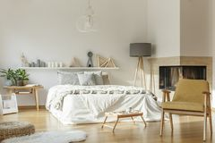 Άνετη κρεβατοκάμαρα με την κουβέρτα στοκ εικόνες