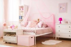 Άνετη κρεβατοκάμαρα παιδιών στο ροζ Στοκ φωτογραφίες με δικαίωμα ελεύθερης χρήσης