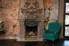 Άνετη πράσινη καρέκλα και άνετη εστία κανένας στοκ φωτογραφίες με δικαίωμα ελεύθερης χρήσης