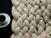 Άνετη σύνθεση, μερινός γενική, θερμή και άνετη ατμόσφαιρα μαλλιού κινηματογραφήσεων σε πρώτο πλάνο η ανασκόπηση πλέκει Στοκ Εικόνες
