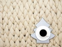 Άνετη σύνθεση, μερινός γενική, θερμή και άνετη ατμόσφαιρα μαλλιού κινηματογραφήσεων σε πρώτο πλάνο η ανασκόπηση πλέκει Φλιτζάνι τ Στοκ εικόνες με δικαίωμα ελεύθερης χρήσης