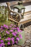 Άνετος κήπος με τα λουλούδια Στοκ φωτογραφία με δικαίωμα ελεύθερης χρήσης