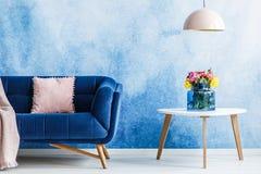 Άνετος καναπές βελούδου με WI μαξιλαριών κρητιδογραφιών τα δευτερεύοντα πινάκων και Στοκ φωτογραφία με δικαίωμα ελεύθερης χρήσης