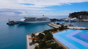 Άνετος λιμένας με τα άσπρα γιοτ, γραφική άποψη από τη στέγη ξενοδοχείων πολυτελείας στη Νίκαια φιλμ μικρού μήκους
