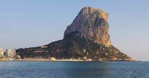 Άνετος πόλης calpe τουριστών κόλπος 4k Ισπανία θάλασσας βουνών απόθεμα βίντεο