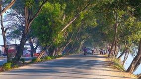 Άνετος σκιερός δρόμος, Nyaungshwe, το Μιανμάρ απόθεμα βίντεο