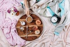 Άνετος φθινόπωρο ή χειμώνας flatlay του ξύλινου δίσκου με το φλιτζάνι του καφέ, τα ροδάκινα, τον κορφολόγο με το γάλα εγκαταστάσε στοκ εικόνα με δικαίωμα ελεύθερης χρήσης