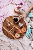 Άνετος φθινόπωρο ή χειμώνας flatlay του ξύλινου δίσκου με το φλιτζάνι του καφέ, ροδάκινα, κορφολόγος με το γάλα εγκαταστάσεων στοκ εικόνες
