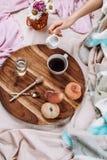 Άνετος φθινόπωρο ή χειμώνας flatlay του ξύλινου δίσκου με το φλιτζάνι του καφέ, ροδάκινα, κορφολόγος με το γάλα εγκαταστάσεων στοκ φωτογραφία