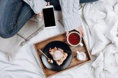 Άνετος flatlay του κρεβατιού με τον ξύλινο δίσκο με τη vegan πίτα μήλων, το παγωτό και το μαύρο τσάι στοκ φωτογραφίες με δικαίωμα ελεύθερης χρήσης