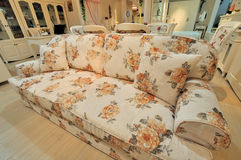 άνετος flowery καναπές καθιστι& Στοκ Φωτογραφία