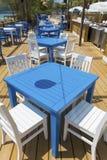 Άνετο ελληνικό εστιατόριο με τις άσπρες καρέκλες και τους μπλε πίνακες Στοκ Εικόνες