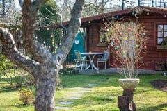 Άνετο θερινό εξοχικό σπίτι με τον κήπο Στοκ Φωτογραφία