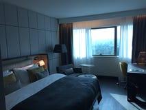 Άνετο και πολυτελές δωμάτιο ξενοδοχείου στοκ φωτογραφία με δικαίωμα ελεύθερης χρήσης