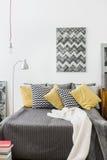 Άνετο κρεβάτι με τα μαξιλάρια Στοκ φωτογραφία με δικαίωμα ελεύθερης χρήσης