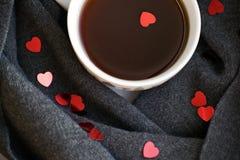 Άνετο μαλακό γκρίζο μαντίλι με ένα φλιτζάνι του καφέ Πρωί βαλεντίνος ημέρας s Στοκ εικόνα με δικαίωμα ελεύθερης χρήσης