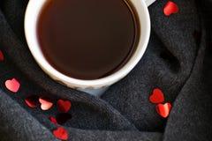 Άνετο μαλακό γκρίζο μαντίλι με ένα φλιτζάνι του καφέ Πρωί βαλεντίνος ημέρας s Στοκ φωτογραφίες με δικαίωμα ελεύθερης χρήσης