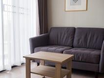Άνετο μοντέρνο καθιστικό με το σύνολο καναπέδων Σύγχρονο καθιστικό με Στοκ Εικόνα