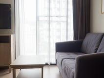 Άνετο μοντέρνο καθιστικό με το σύνολο καναπέδων Σύγχρονο καθιστικό με Στοκ φωτογραφία με δικαίωμα ελεύθερης χρήσης