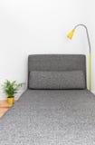Άνετο μόνιππο longue σε ένα σύγχρονο σπίτι Στοκ Εικόνες