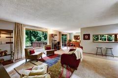 Άνετο οικογενειακό δωμάτιο με τη ζωηρόχρωμη κουβέρτα Στοκ Εικόνα