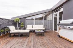 Άνετο πεζούλι με το ξύλινο πάτωμα Στοκ φωτογραφία με δικαίωμα ελεύθερης χρήσης