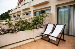 Άνετο πεζούλι με τις καρέκλες στο ξενοδοχείο στοκ εικόνα με δικαίωμα ελεύθερης χρήσης