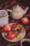 Άνετο πρωί Σαββατοκύριακου φθινοπώρου στο σπίτι Πρόγευμα με το φλυτζάνι του τσαγιού και bagel με τα μήλα Στοκ Φωτογραφίες