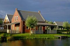 Άνετο σπίτι διακοπών στη λίμνη από το λυκόφως Στοκ Εικόνα