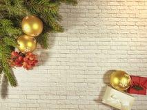 άνετο σπίτι copyspace μούρων τοίχων κιβωτίων δώρων κλάδων Χριστουγέννων Στοκ εικόνες με δικαίωμα ελεύθερης χρήσης